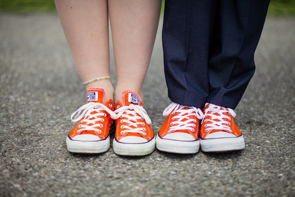 Nos chaussures de mariés : des Converses oranges ! // Photo : Julia Lorber Photography