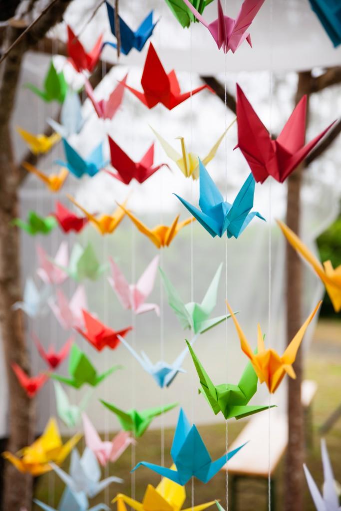 Cérémonie laïque et rideau de grues multicolores en origami // Photo : Julia Lorber Photography