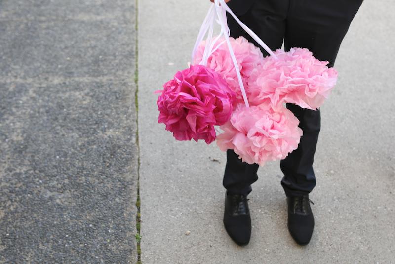 Des pompons roses pour la déco de la voiture ! // Photo : Cynthia Cappe