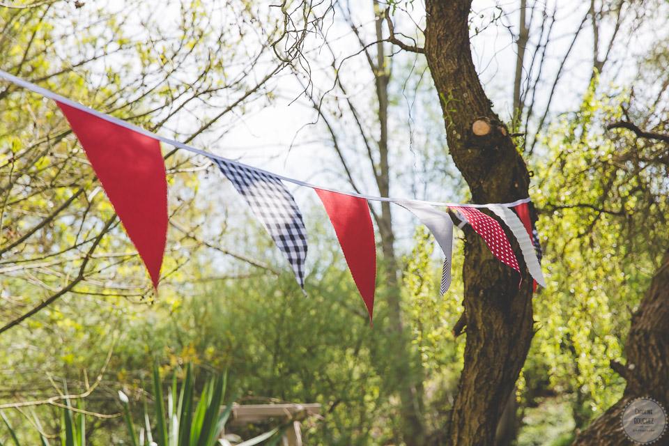 La décoration des extérieurs le jour J avec les fanions en rouge et noir // Photo : Caroline Bouchez