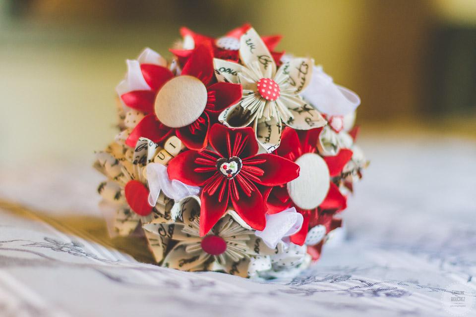 Aperçu de mes DIY réalisés pour le mariage : mon bouquet en fleurs en origami, rouge et blanc // Photo : Caroline Bouchez