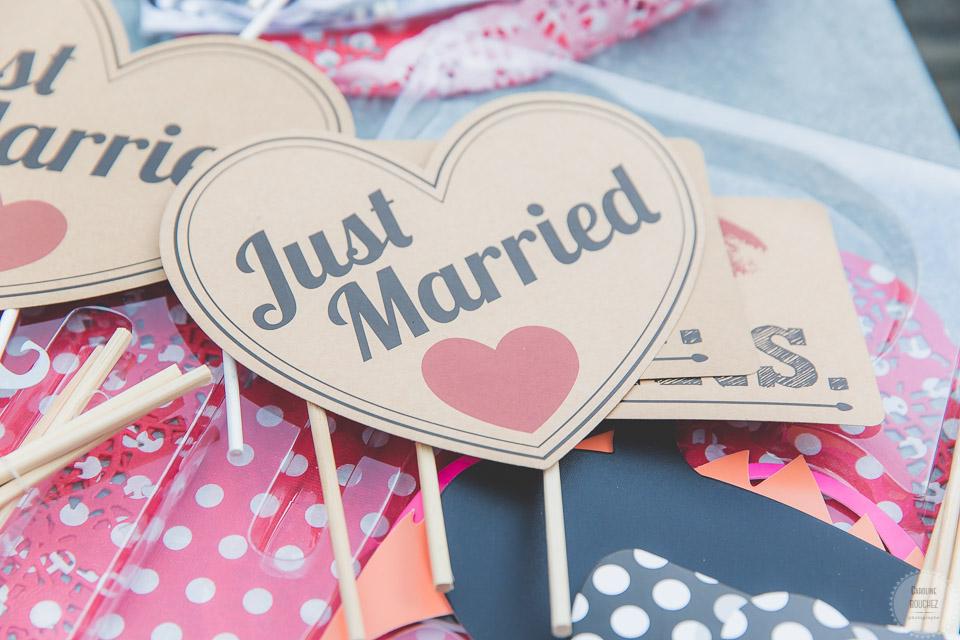 """Accessoires du photobooth, coeur """"Just Married"""" // Photo : Caroline Bouchez"""
