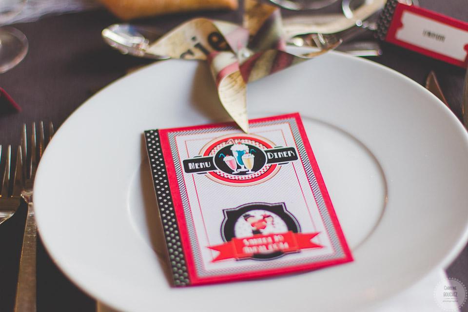 Aperçu de mes DIY réalisés pour le mariage : le menu, esprit rétro en rouge et noir // Photo : Caroline Bouchez