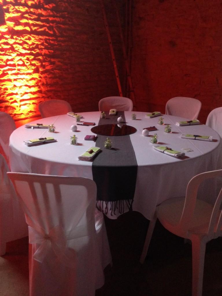 Mise en place et décoration des tables la veille du mariage