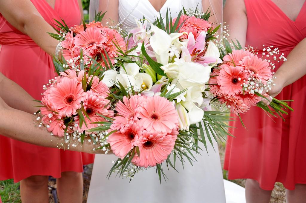Bouquet de mariée et des demoiselles d'honneur dans des tons blanc/corail