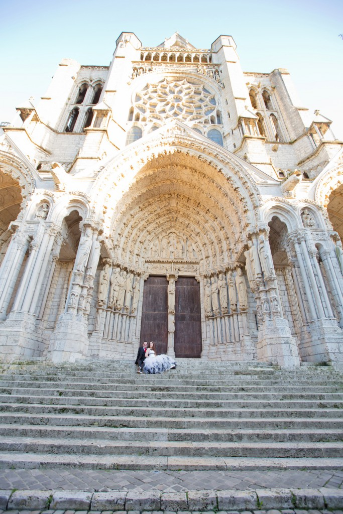 Nos photos de couple devant la Cathédrale de Chartres // Photo : Joëlle Dejanovski