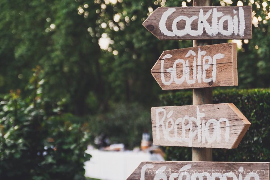Les panneaux directionnels en bois pour la déco des extérieurs du mariage // Photo : Amandine Gimenez