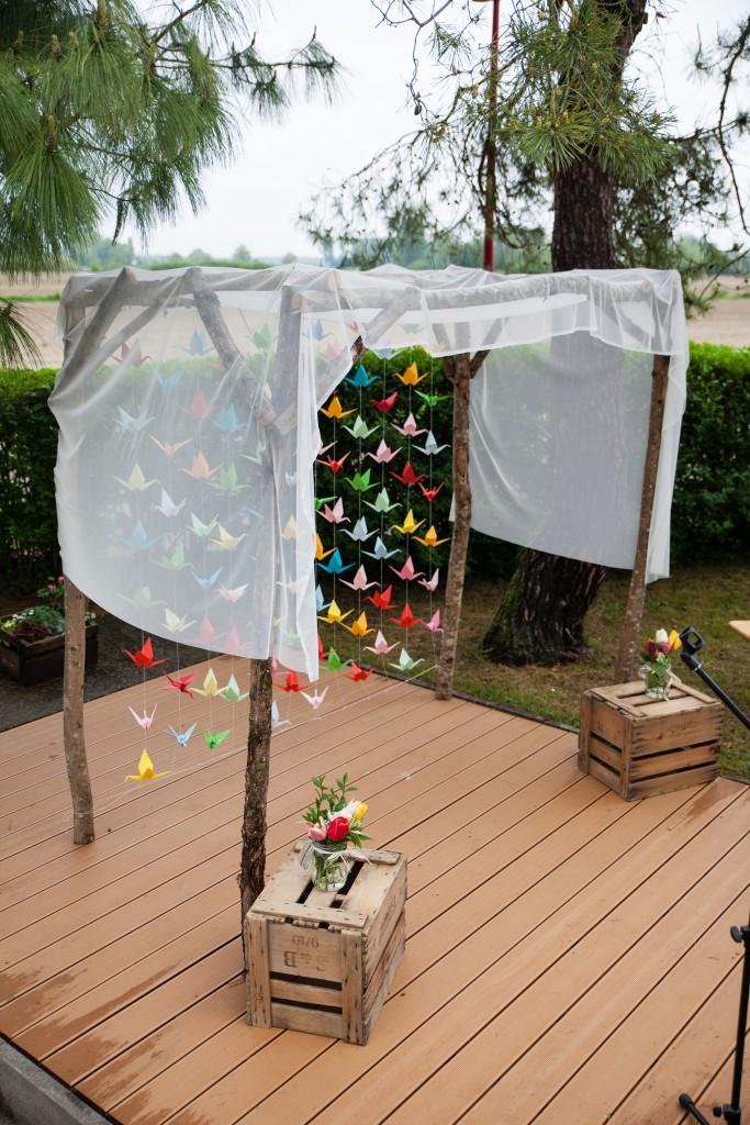 Arche de cérémonie laïque et rideau de grues multicolores en origami // Photo : Julia Lorber Photography