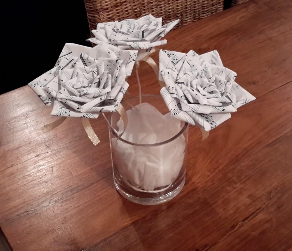 Décoration DIY sur le thème de la musique : les roses en centre de table