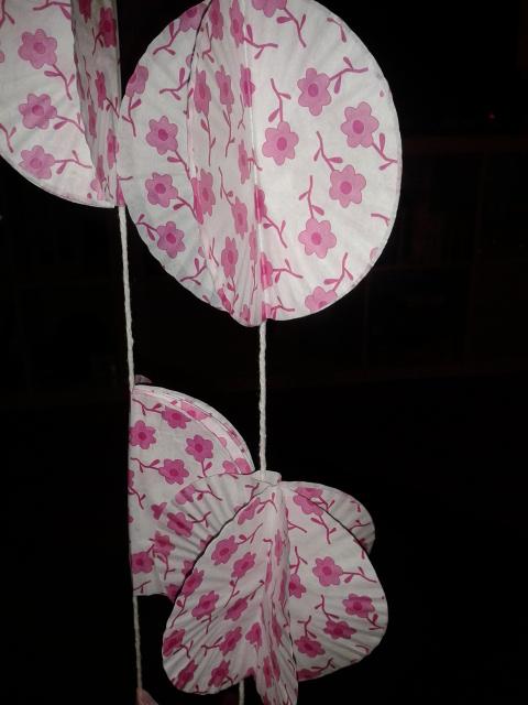 La décoration du jour J avec des guirlandes faites avec des moules à cupcakes // Photo : Pierre Gobled