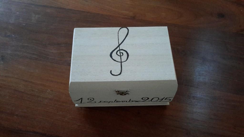Décoration DIY sur le thème de la musique : la boîte à alliances