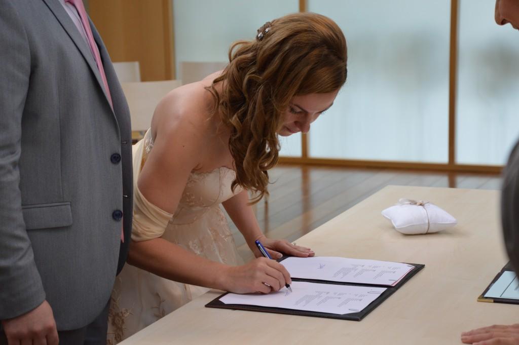 Déroulé de la cérémonie civile : la signature des registres