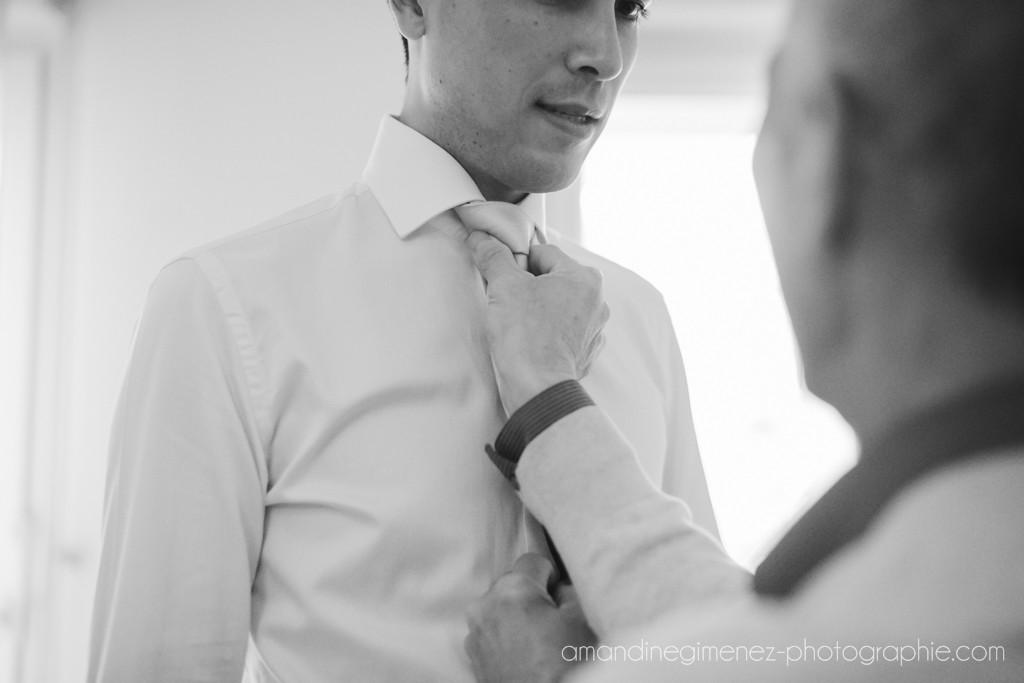 Préparatifs et habillage du marié // Photo : Amandine Gimenez