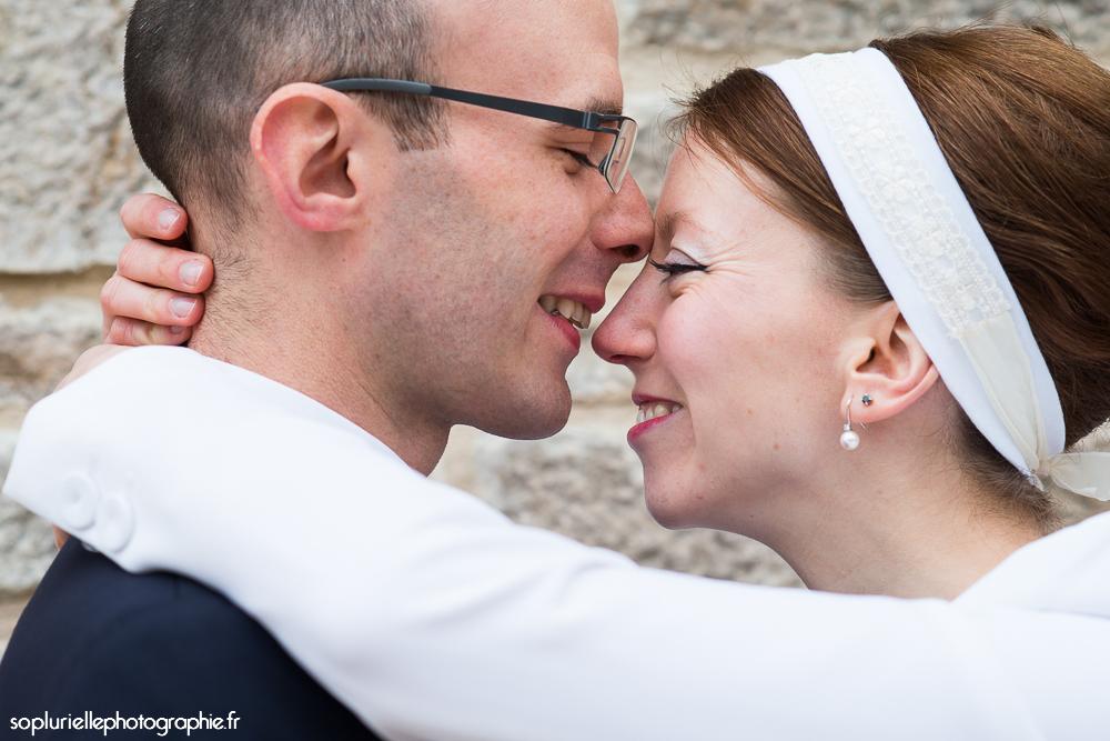 Mon mariage civil en rouge sur ciel gris : notre séance photo de couple // Photo : Sonia Blanc