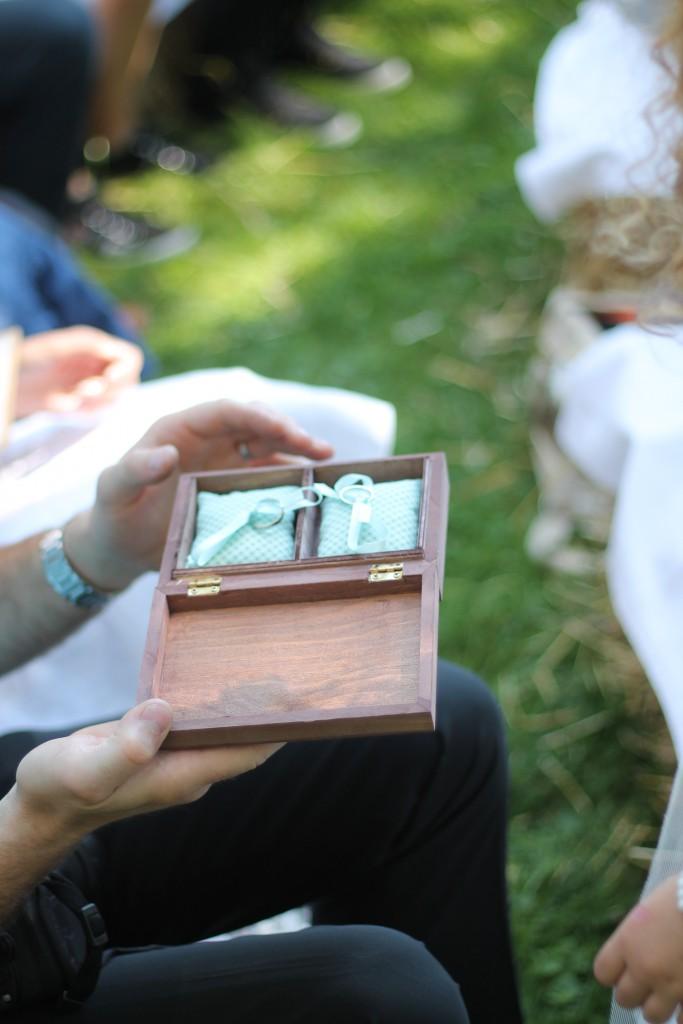 Déroulé de la cérémonie laïque en extérieur : échange des alliances // Photo : BabouchKatelier