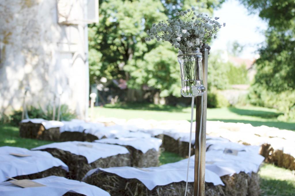 Déroulé de la cérémonie laïque en extérieur : des bottes de paille en guise de siège pour nos invités ! // Photo : BabouchKatelier