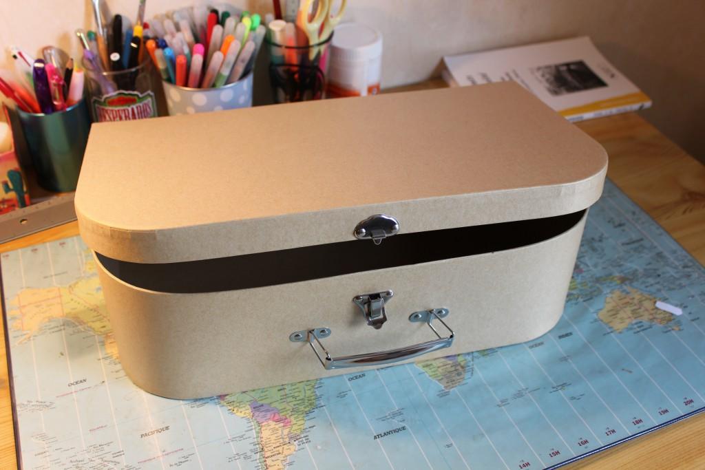 Une valise sur le thème de voyage comme urne de mariage !