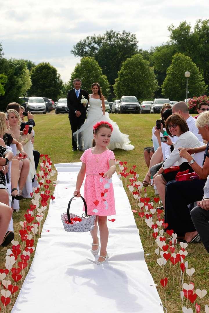 Le mariage d'Émilie avec une cérémonie laïque, beaucoup d'amis et des surprises en pagaille (20)