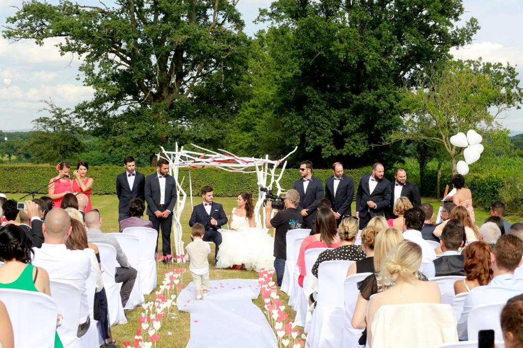 Le mariage d'Émilie avec une cérémonie laïque, beaucoup d'amis et des surprises en pagaille (21)