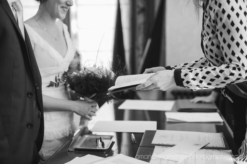 Déroulé de la cérémonie civile : remise du livret de famille // Photo : Amandine Gimenez