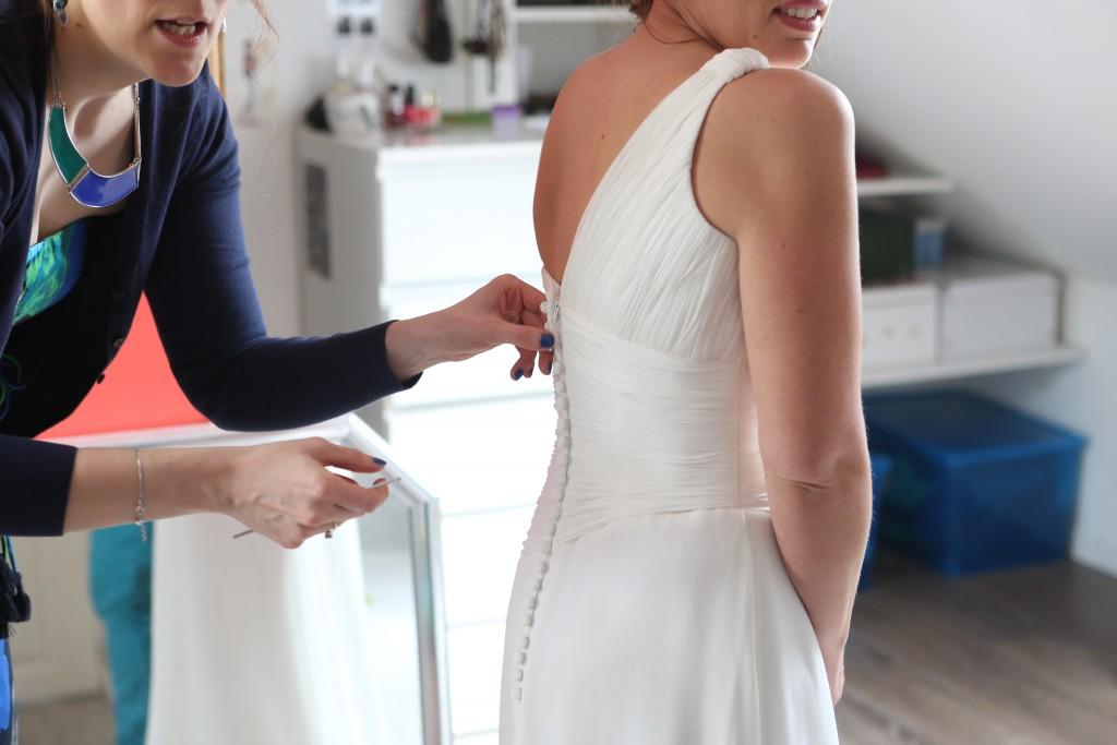Ultimes préparatifs le jour J : l'enfilage de la robe