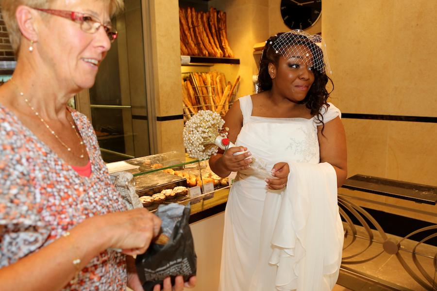 La mariée dans la boulangerie ! // Photo : Cynthia Cappe