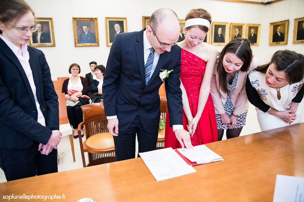 Déroulé de la cérémonie civile : signature des registres // Photo : Sonia Blanc