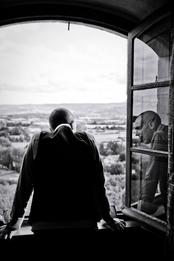 Habillage du marié // Photo : Pierre Grasset