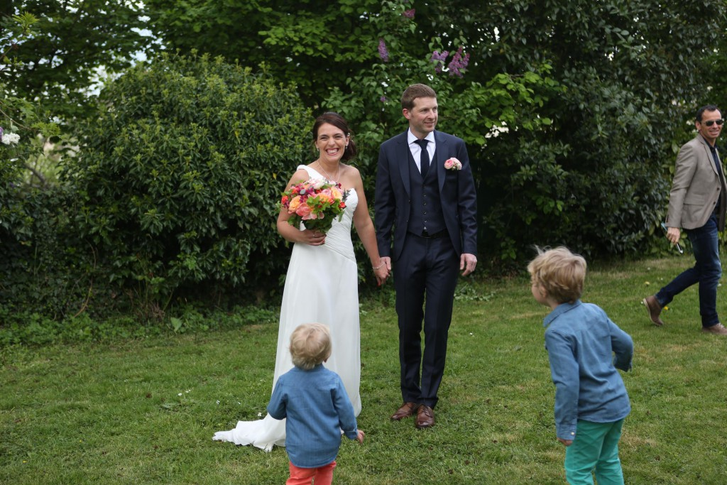 Découverte des mariés sous l'arbre du jardin !