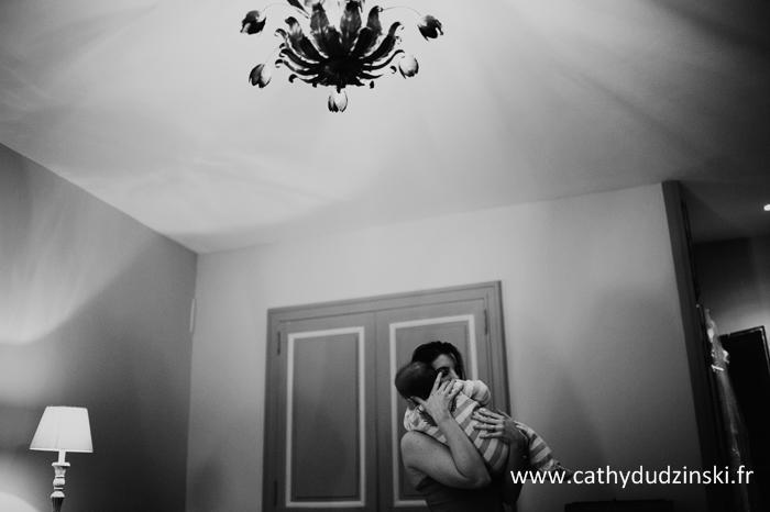Les préparatifs de la mariée avec son bébé // Photo : Cathy Dudzinski