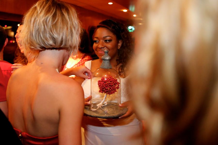 Bouquet en perles rouges sous cloche // Photo : Cynthia Cappe
