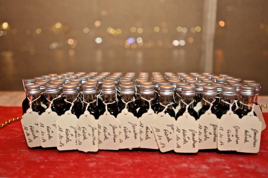 Des fioles de vanille en cadeaux d'invités // Photo : Cynthia Cappe