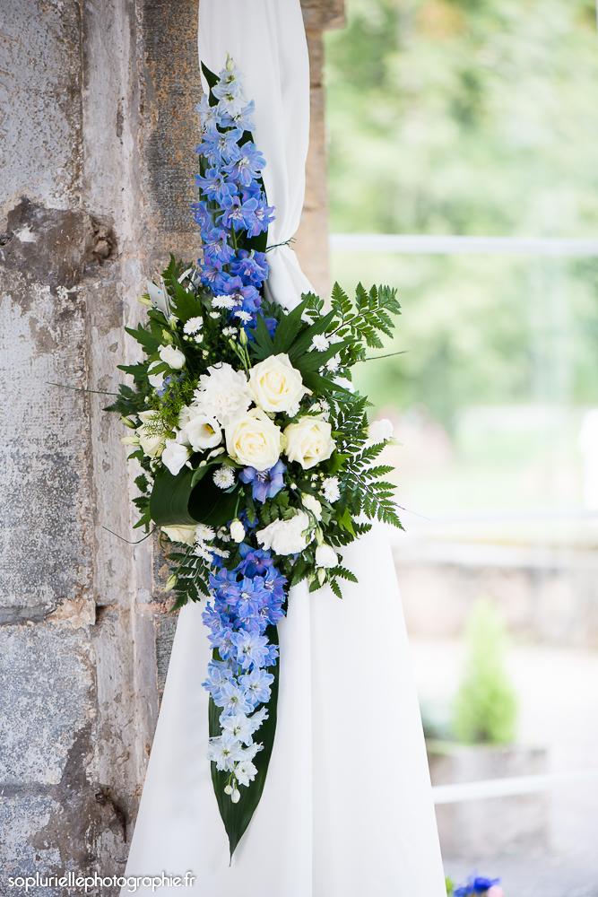 Compositions florales en bleu et blanc // Photo : Sonia Blanc