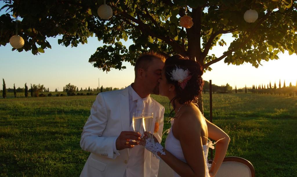 mariés et coucher de soleil