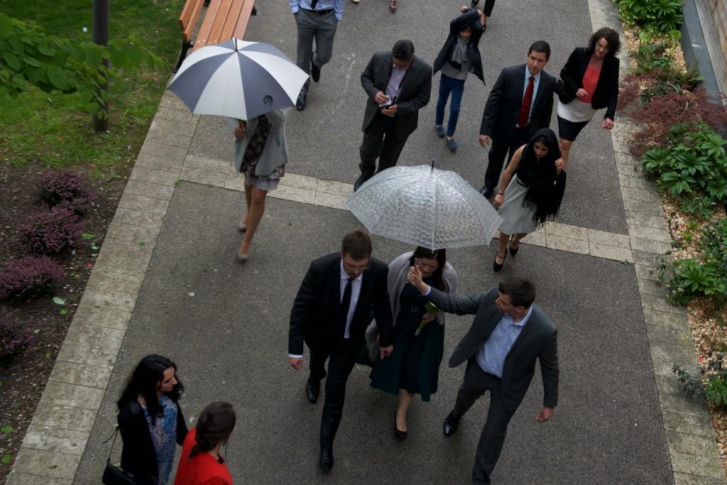 Arrivée à la mairie sous la pluie pour notre mariage // Photo : Mikaël Plot