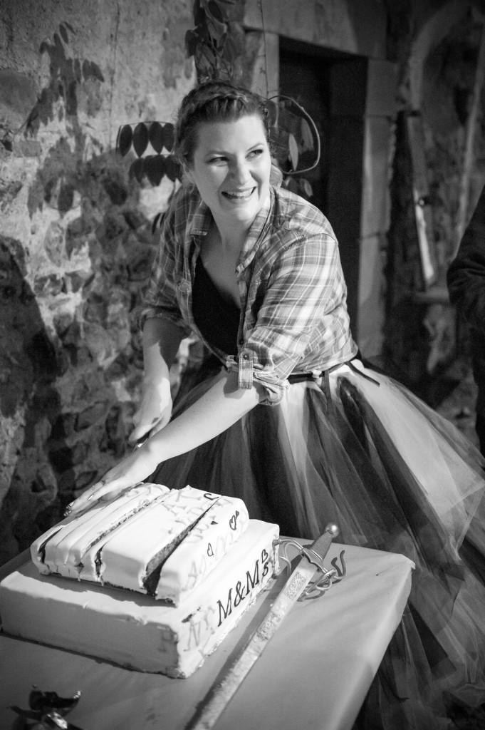 Découpe du wedding-cake // Photo : Thibaut Mazen