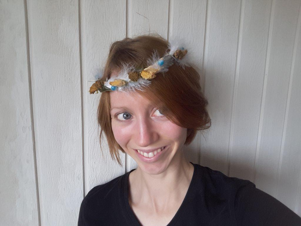 Mme Suzette et sa couronne de fleurs