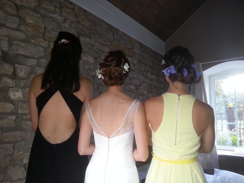 Mariée et ses copines de dos