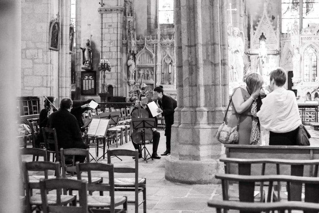 Préparatifs dans l'église // Photo : Anita Gallot