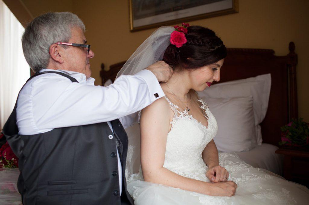 L'habillage de la mariée // Photo : Jeremy Bismuth
