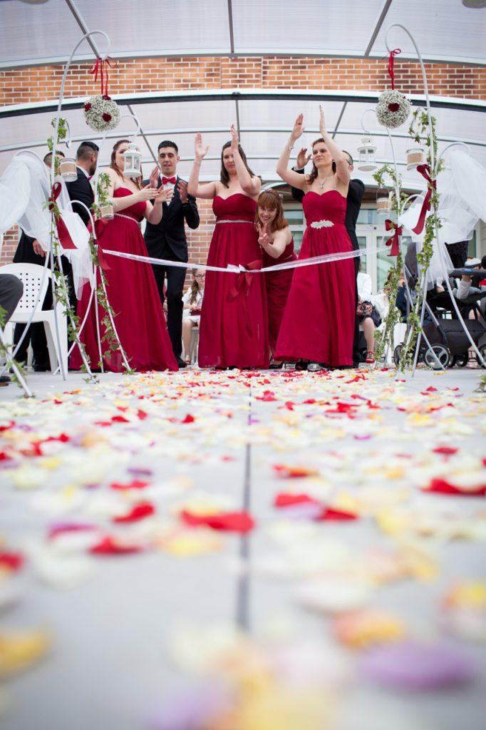 L'entrée des mariés pour la cérémonie laïque // Photo : Jeremy Bismuth