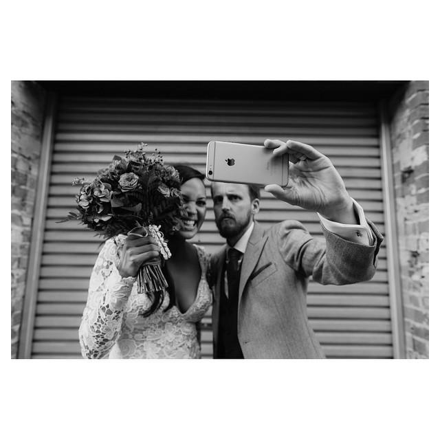 Faut-il interdire ou non les téléphones portables le jour du mariage ?