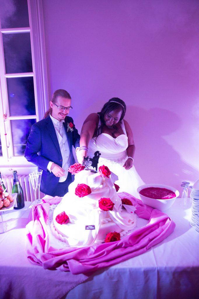 La découpe de notre gâteau de mariage // Photo : Vincent Besson