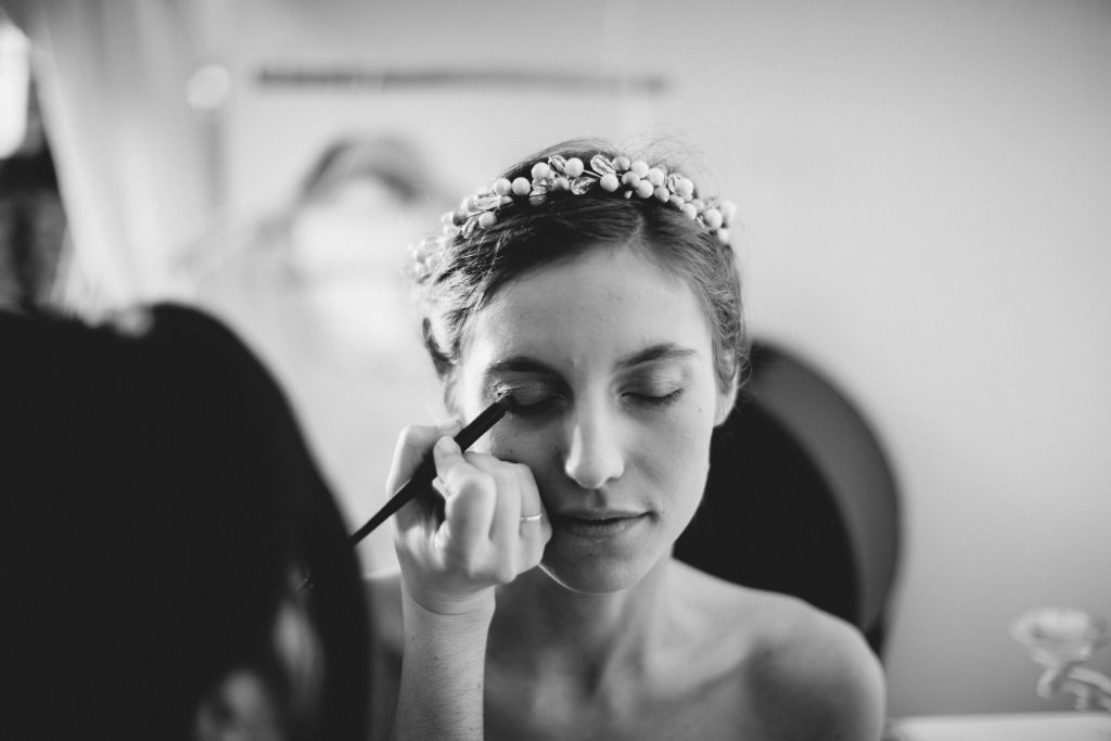 Mise en beauté et coiffure de mariée par ma maman // Photo : Aude Arnaud photography