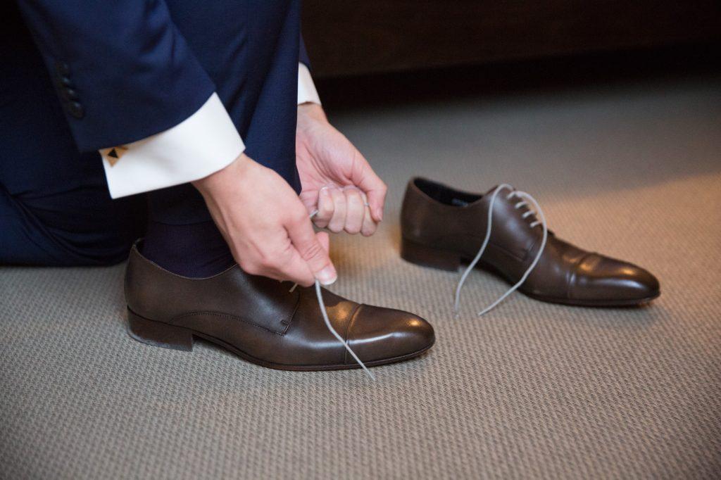 Préparatifs du marié le jour J // Photo : Vincent Besson Photographie