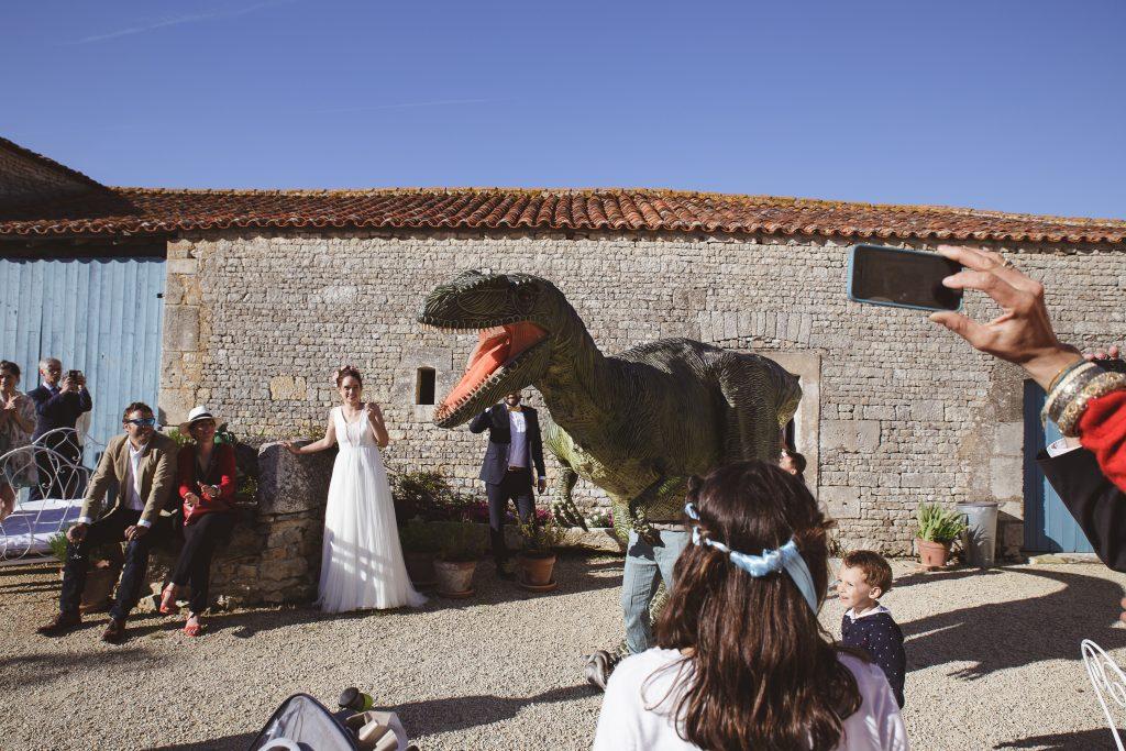 Organiser l'arrivée d'un dinosaure pendant le mariage // Photo : La Femme Gribouillage