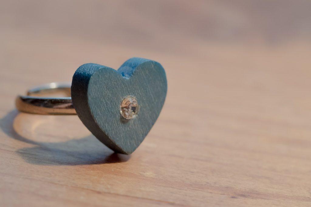 Bague de fiançailles en bois