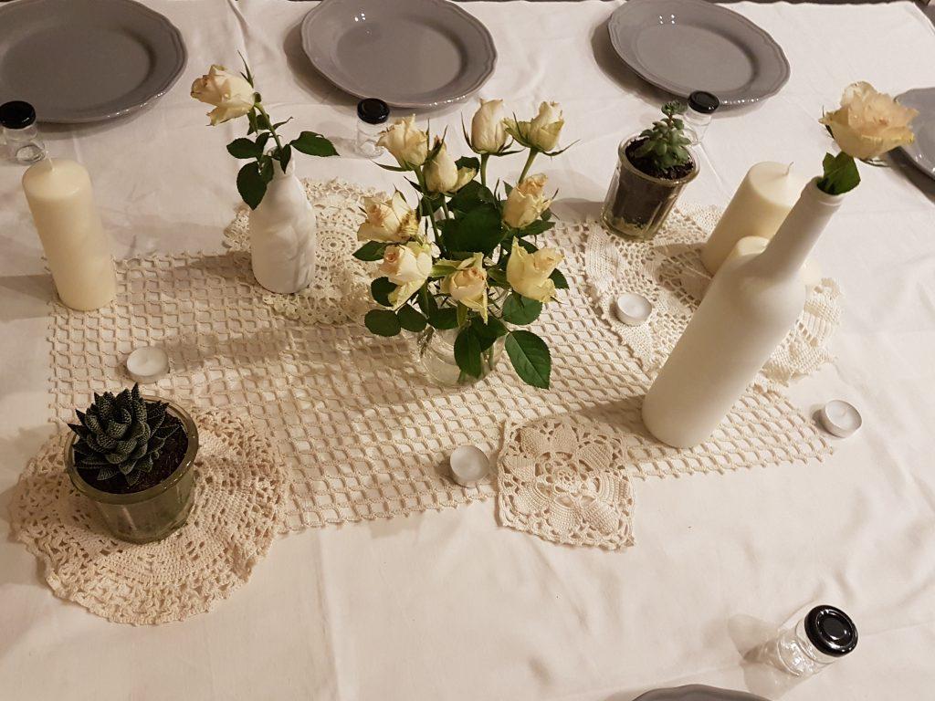 Table de mariage vintage avec napperons