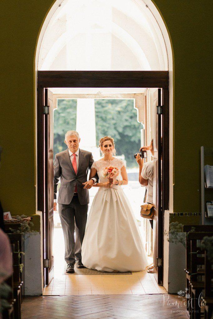 L'arrivée à l'église // Photo : Pam est là - photographe