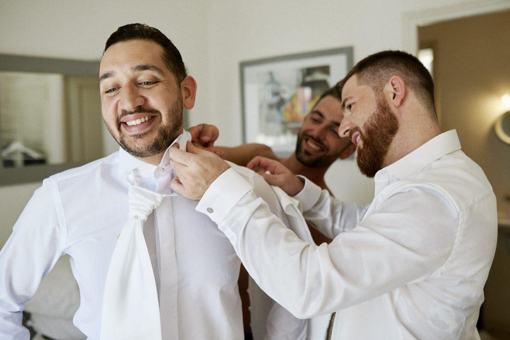 Les préparatifs de mon fiancé le matin du mariage // Photo : Happy People